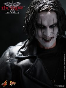 Hot_Toys_-_The_Crow_-_Eric_Draven_Collectible_Figure_PR15